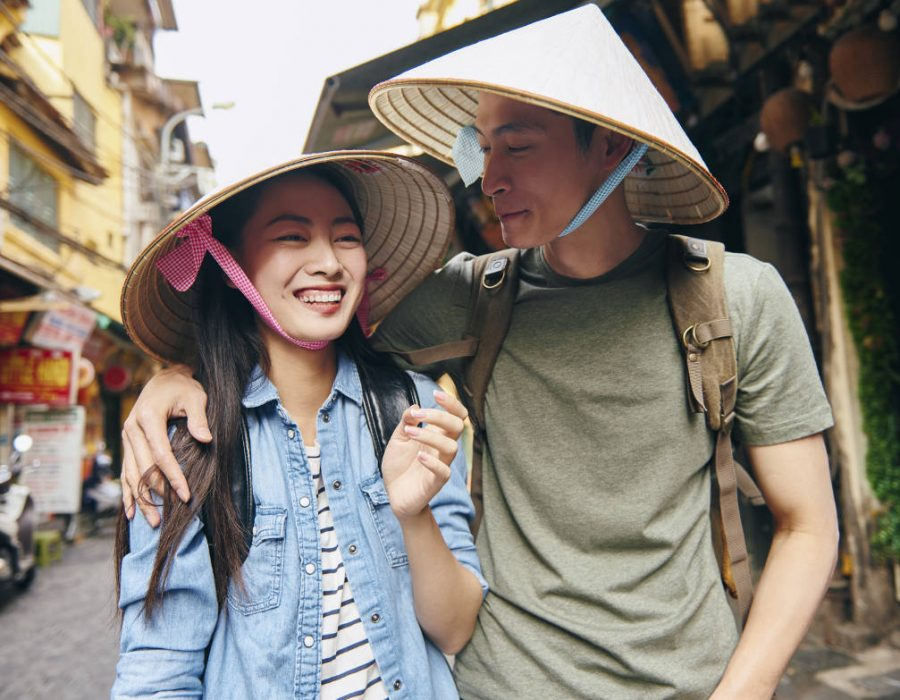 23-young-tourists-in-the-city